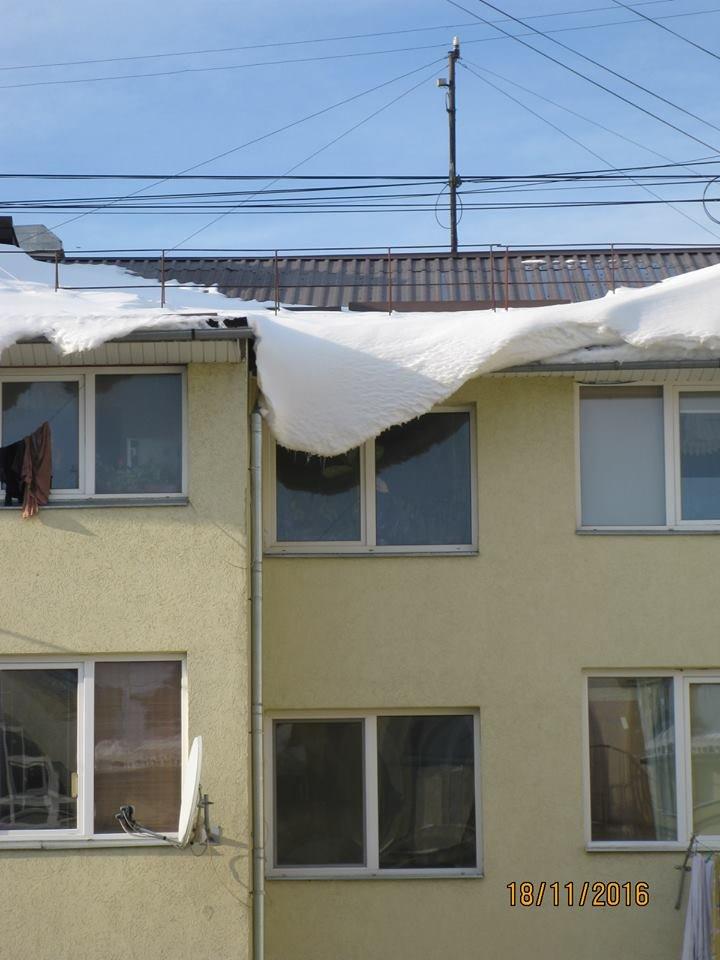 Сніг у Франківську сиплеться на голову всім, навіть приватним ЖЕО (ФОТО), фото-4