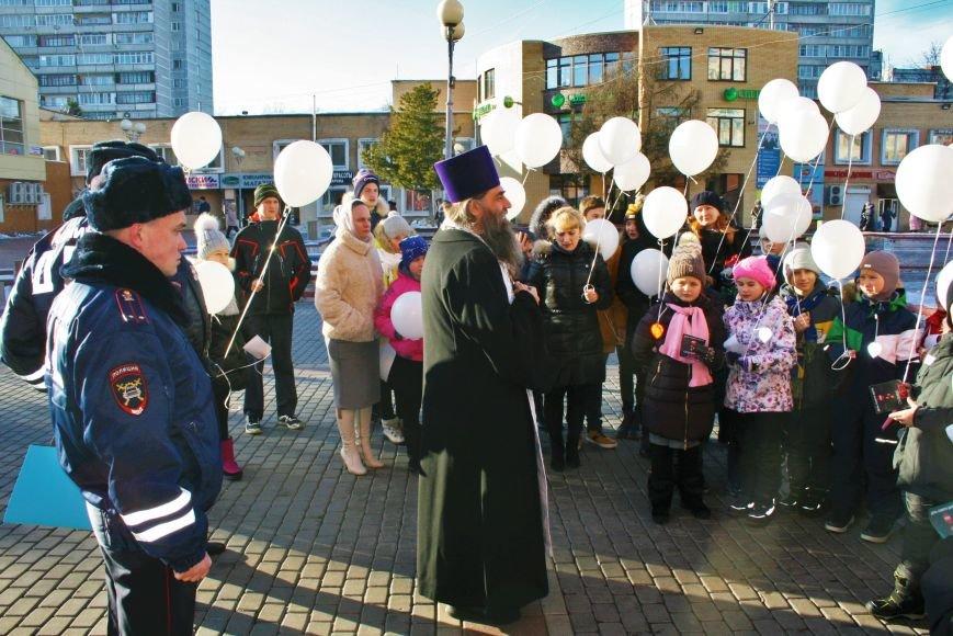 Белые шары полетели в небо Троицка в День памяти жертв ДТП, фото-3