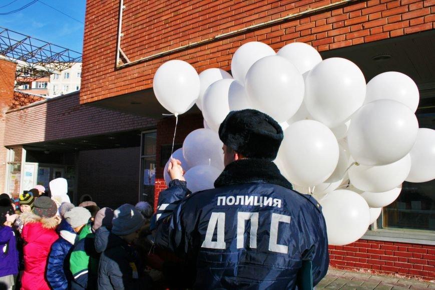 Белые шары полетели в небо Троицка в День памяти жертв ДТП, фото-1