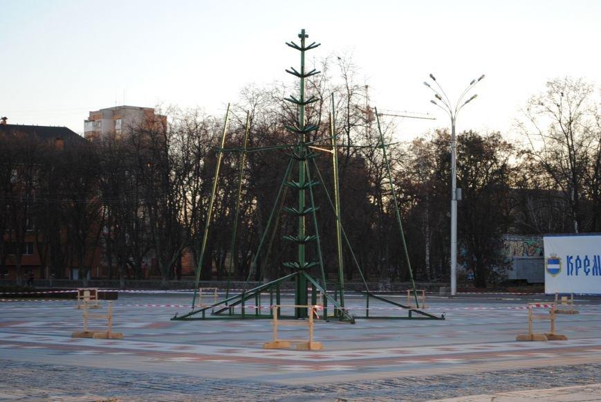 Свято наближається! У Кременчуці почали встановлювати новорічну ялинку, фото-1