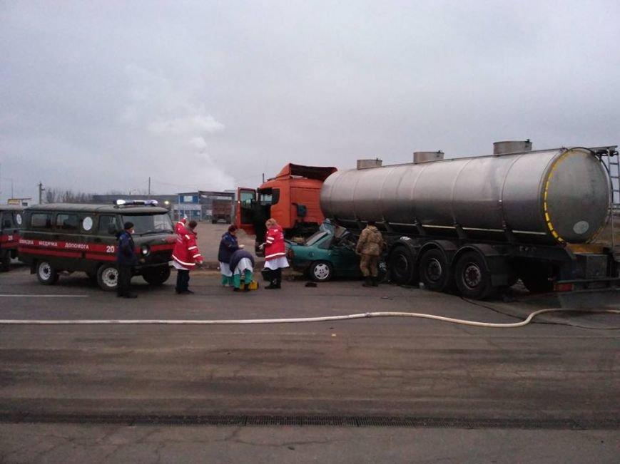 ДТП в Николаеве: легковой автомобиль врезался в бензовоз, есть погибший (ФОТО), фото-1
