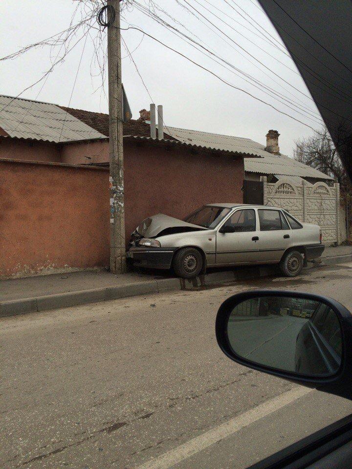 В Симферополе легковушка вылетела на тротуар и врезалась в столб (ФОТО), фото-3