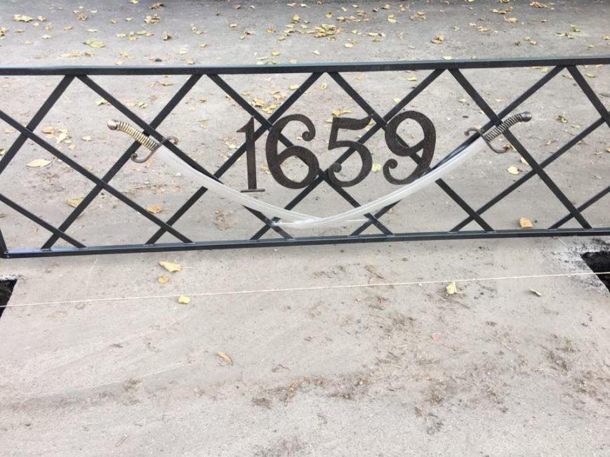 Тротуарні огорожі в Конотопі прикрасили кованими шаблями, фото-1