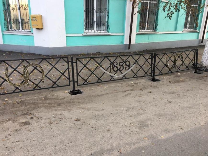 Тротуарні огорожі в Конотопі прикрасили кованими шаблями, фото-2
