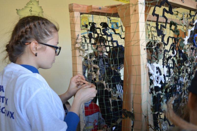 Краматорские школьники плетут маскировочные сетки для военных, фото-2