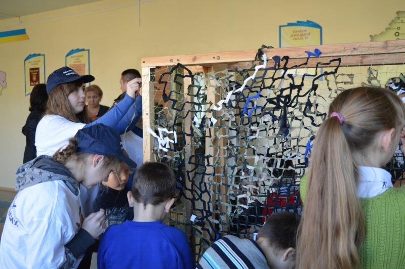 Краматорские школьники плетут маскировочные сетки для военных, фото-3