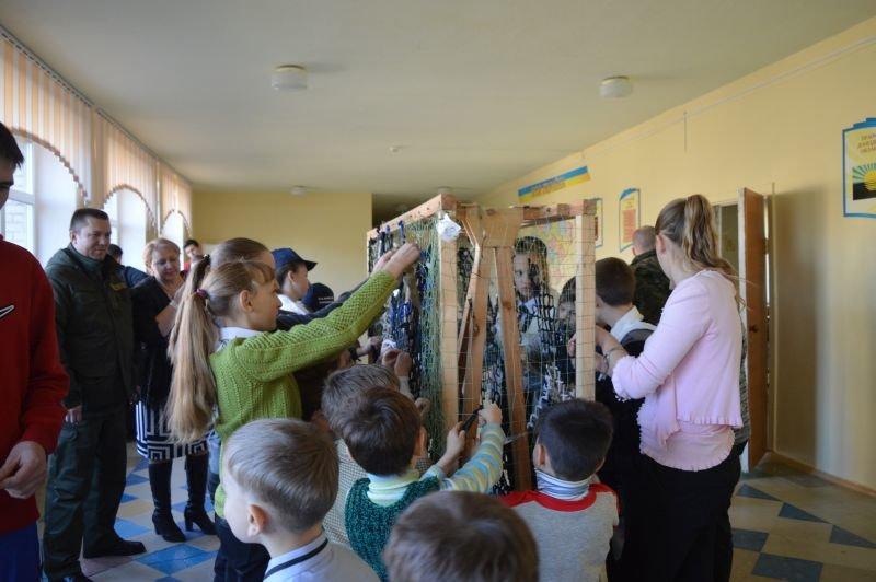 Краматорские школьники плетут маскировочные сетки для военных, фото-1