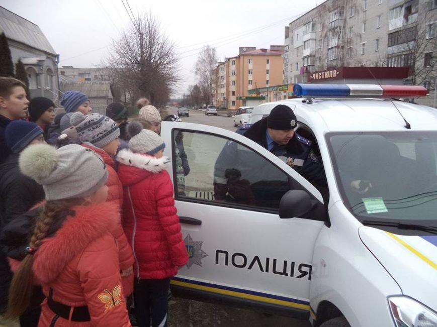 В Новоград-Волинській ЗОШ №6 інспектор поліції провів бесіду з учнями на тему: «Безпека поведінки на дорозі», фото-3