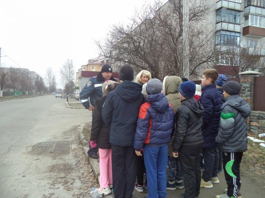 В Новоград-Волинській ЗОШ №6 інспектор поліції провів бесіду з учнями на тему: «Безпека поведінки на дорозі», фото-2