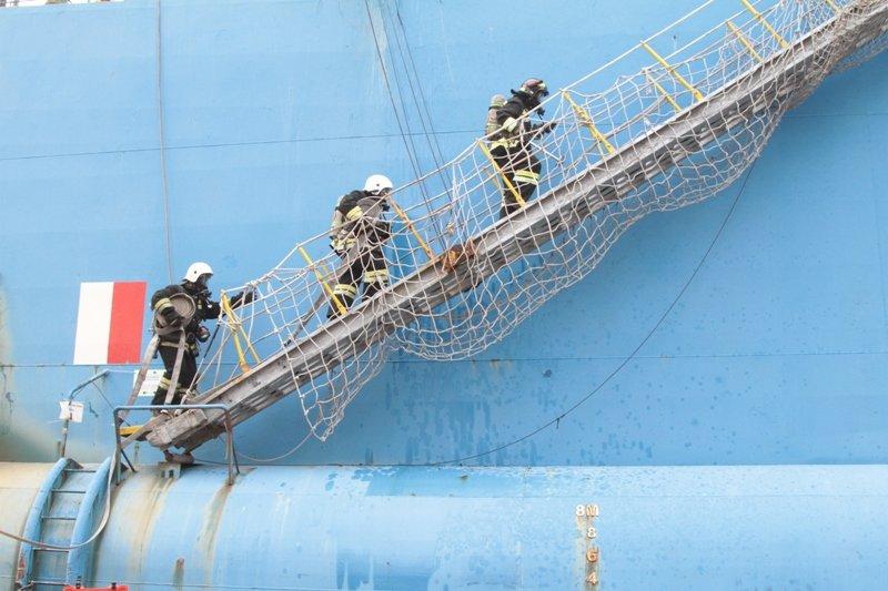 В Севастопольском морском порту тушили корабль «Новороссийск» (ФОТО), фото-1