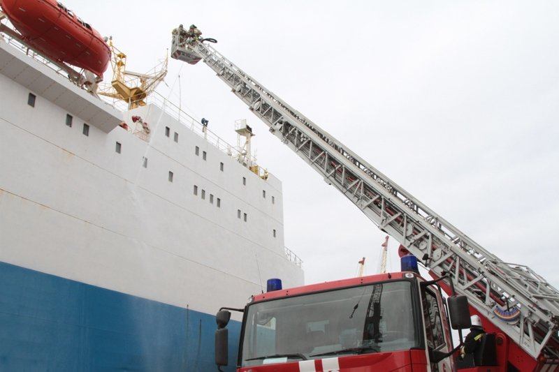 В Севастопольском морском порту тушили корабль «Новороссийск» (ФОТО), фото-2