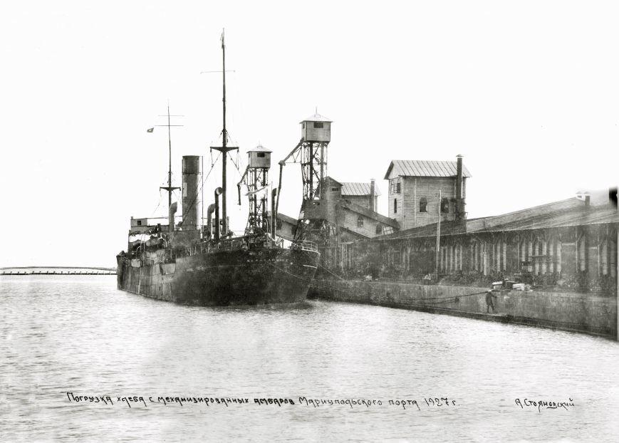 Погрузка хлеба с механизированных амбаров на пароход   1927 год