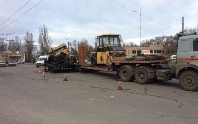 «Сбежавший» асфальтоукладчик стал причиной дорожных заторов в Запорожье (фото), фото-1