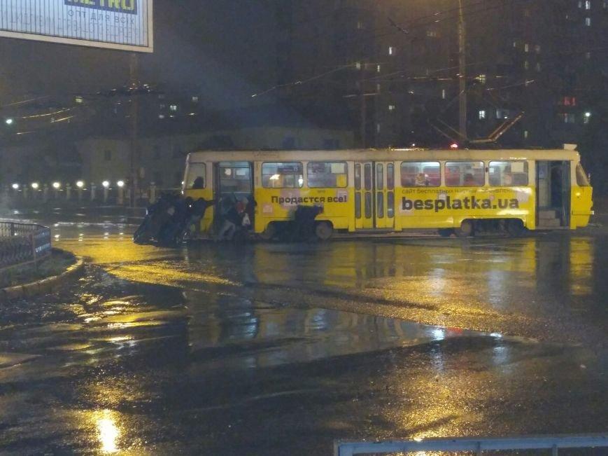 В Харькове пассажиры толкали...трамвайный вагон (ФОТО), фото-2