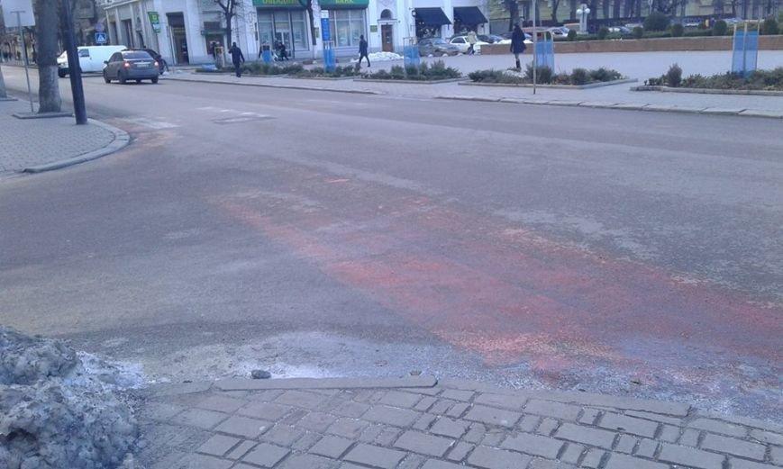 На центральній вулиці разом зі снігом зійшла дорожня розмітка. Фото, фото-2
