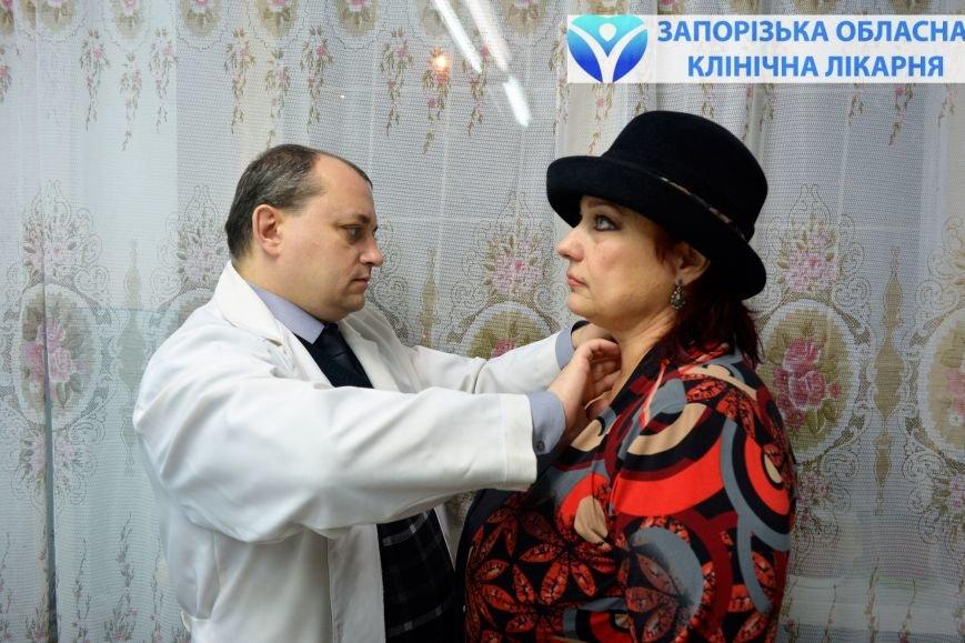 Игорь Русанов осматривает пациентку с проблемами щитовидной железы