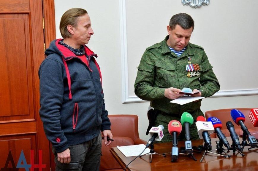 Сбылась мечта идиота — Захарченко вручил Охлобыстину «паспорт гражданина ДНР» (ФОТО, ВИДЕО), фото-2