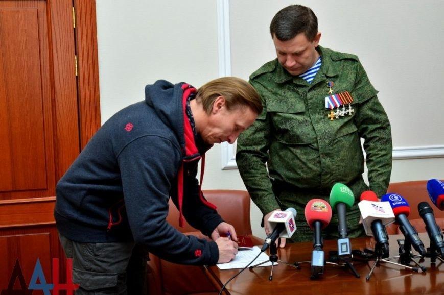 Сбылась мечта идиота — Захарченко вручил Охлобыстину «паспорт гражданина ДНР» (ФОТО, ВИДЕО), фото-1