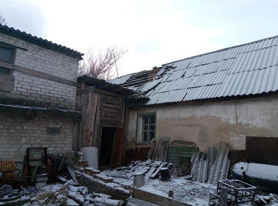 Боевики обстреляли Авдеевку - ранен мужчина, разрушены дома (ФОТО), фото-1