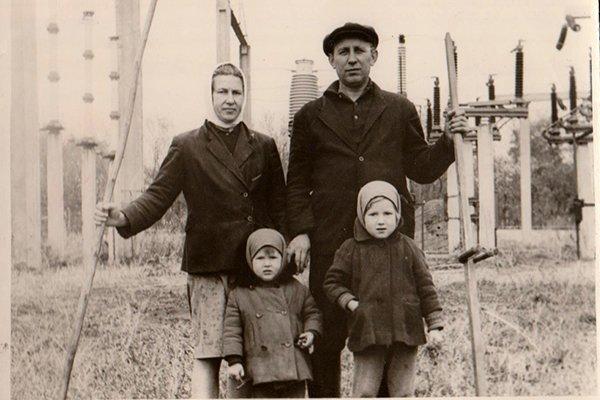 Из проекта Родиона Бугаева_семья энергетиков на покосе травы на ПС