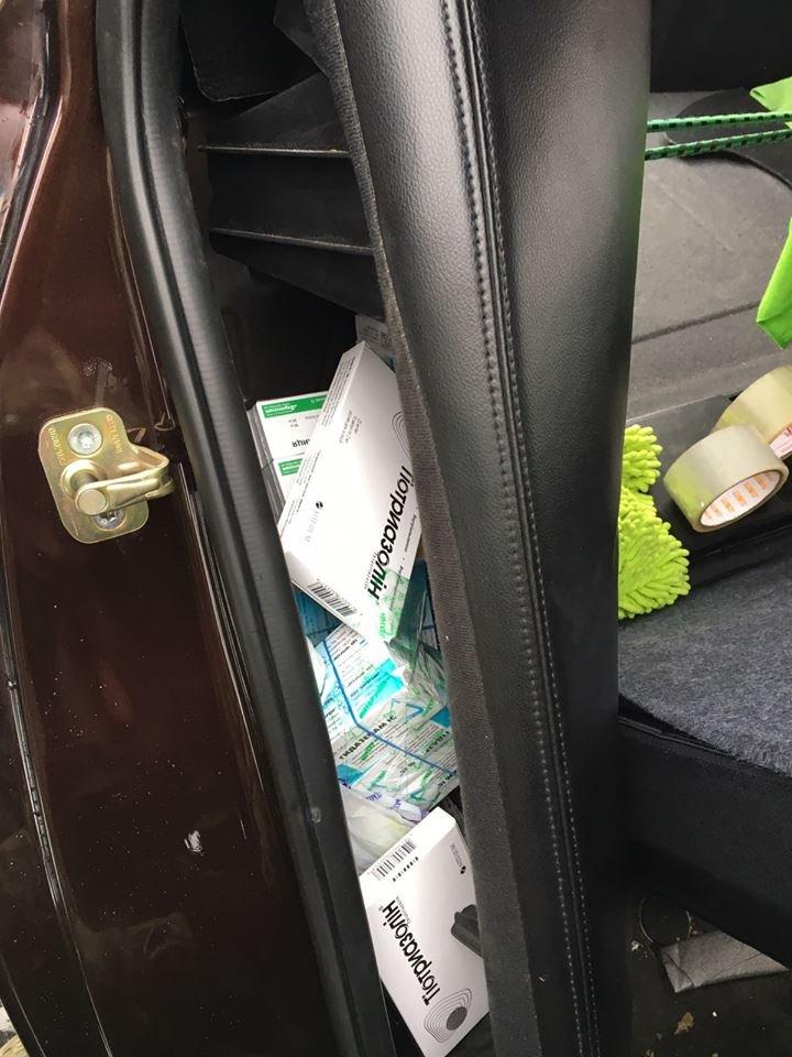В Бахмутском районе водитель под обшивкой автомобиля пытался провезти партию медпрепаратов, фото-1