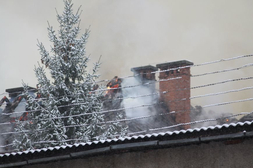 В Ужгороді з палаючого СІЗО евакуювали 9 ув'язнених жінок та дітей: фото, відео, фото-2