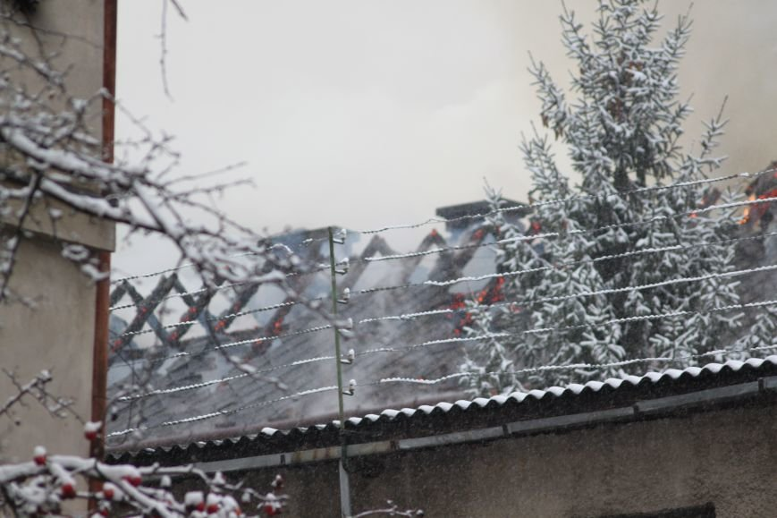 В Ужгороді з палаючого СІЗО евакуювали 9 ув'язнених жінок та дітей: фото, відео, фото-6