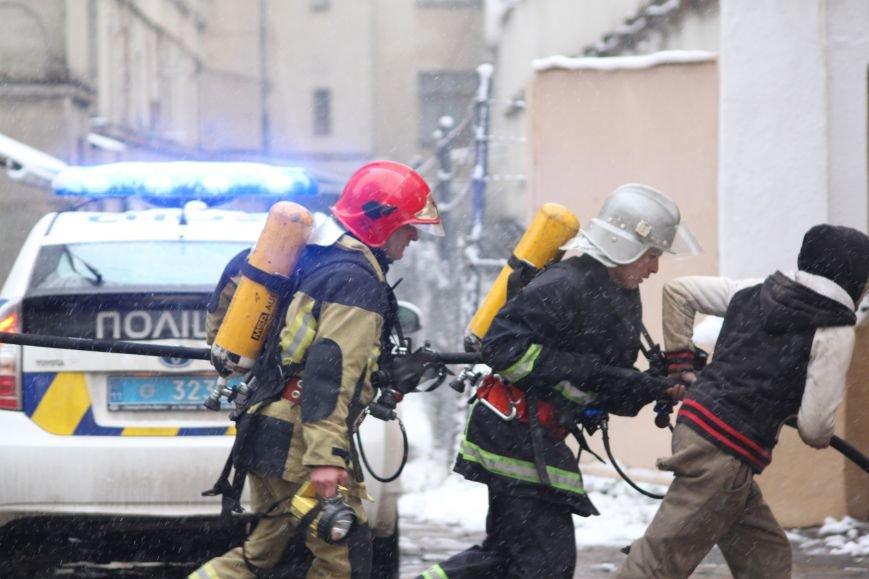 В Ужгороді з палаючого СІЗО евакуювали 9 ув'язнених жінок та дітей: фото, відео, фото-1