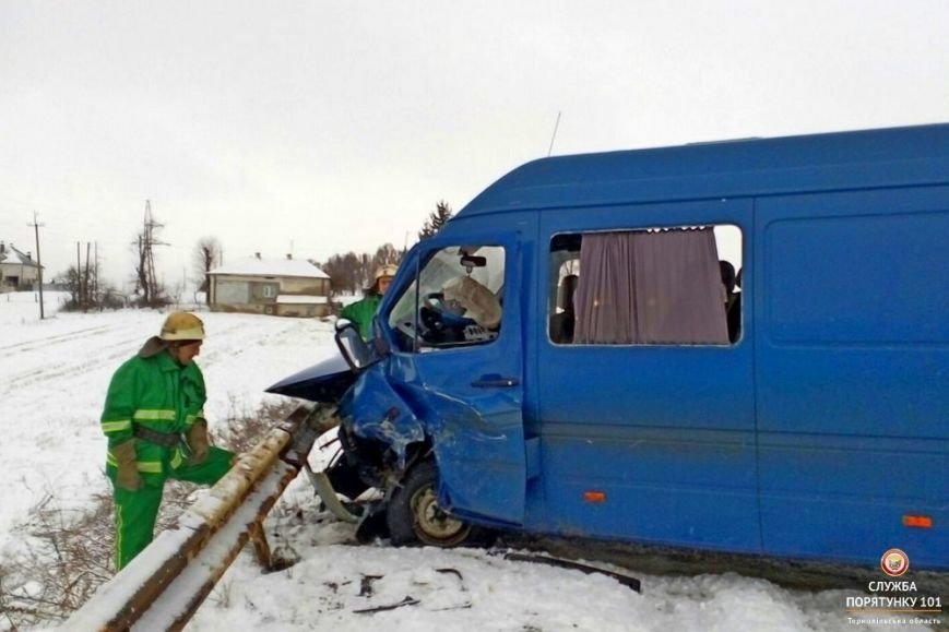 На Тернопільщині автомобіль не поділив дорогу з мікроавтобусом (фото), фото-2