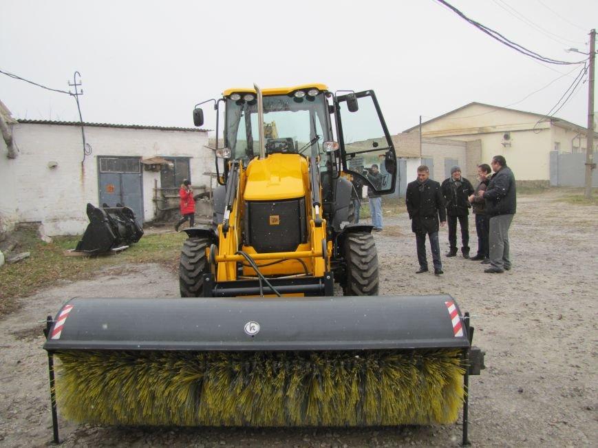 В Мелитополе появился фирменный экскаватор-погрузчик (фото, видео), фото-2