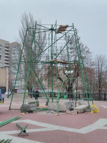 На площади начался монтаж главной елки (фото), фото-2