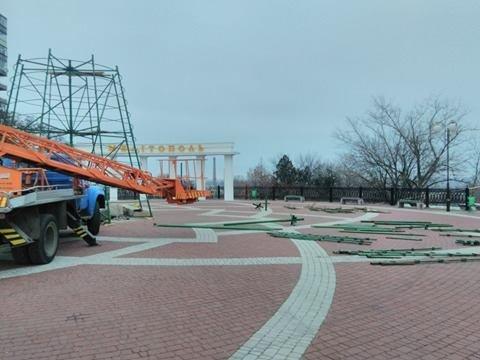 На площади начался монтаж главной елки (фото), фото-1
