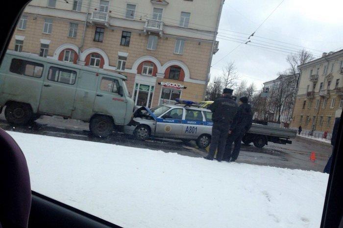 Милицейский автомобиль и медпомощь стали участникам массового ДТП в Витебске, фото-1