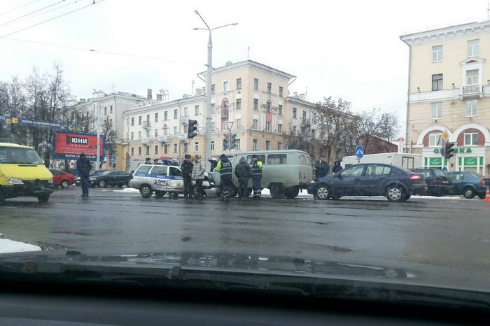Милицейский автомобиль и медпомощь стали участникам массового ДТП в Витебске, фото-2