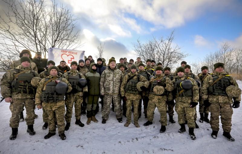 Порошенко встретился с воинами АТО на передовой под Горловкой (ФОТО, ВИДЕО), фото-2