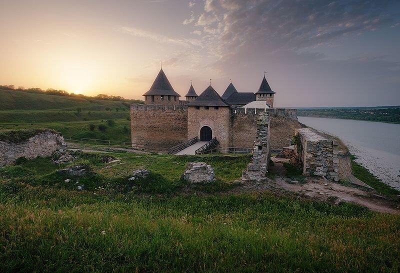 Хотинська фортеця при заході сонця (Чернівецька область). Автор фото — Сергій Рижков, вільна ліцензія CC BY-SA 4.0