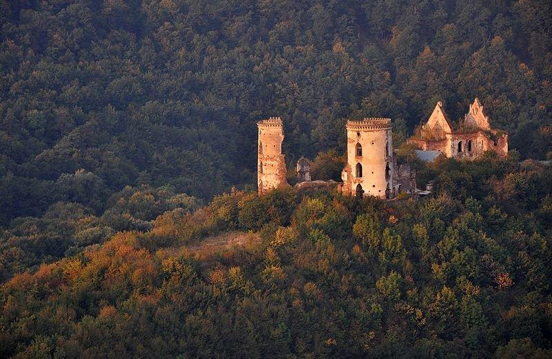 Червоногородський замок, село Нирків (Тернопільська область). Автор фото — Роман Бречко, вільна ліцензія CC BY-SA 4.0