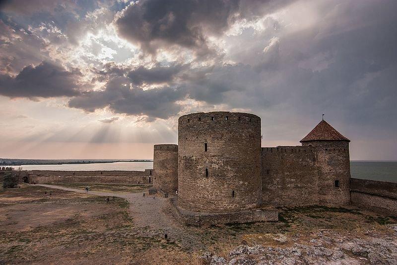 Генуезький замок за заході сонця, Білгород-Дністровський (Одеська область). Авторка фото — Тетяна Кабакова, вільна ліцензія CC BY-SA 4.0