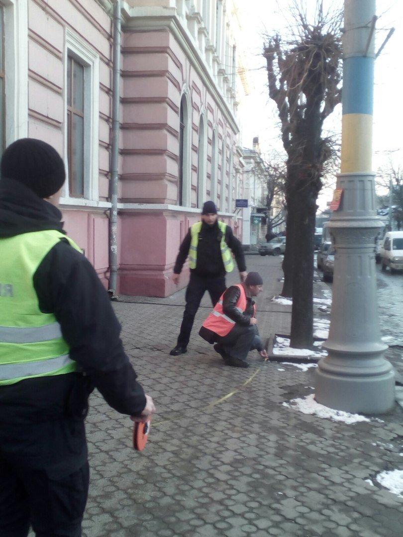 В центрі Чернівців авто зіткнулося з тролейбусом, фото-1
