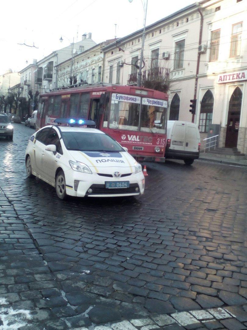 В центрі Чернівців авто зіткнулося з тролейбусом, фото-4