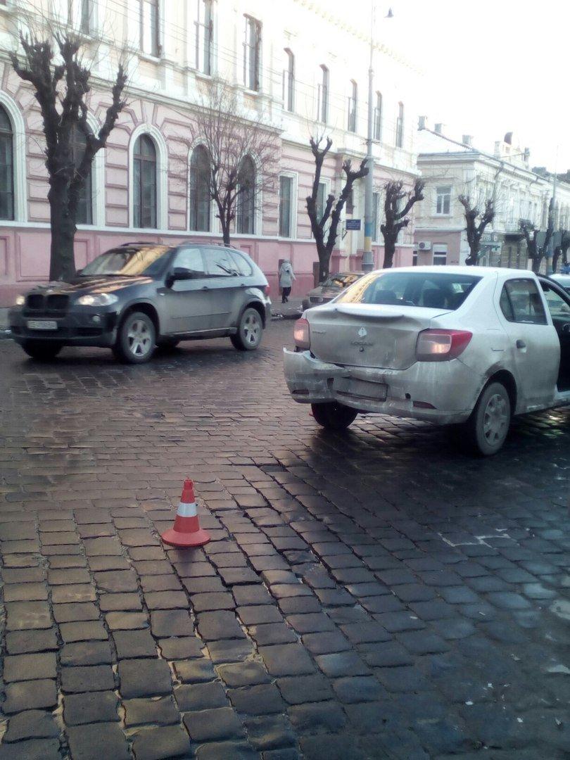 В центрі Чернівців авто зіткнулося з тролейбусом, фото-2