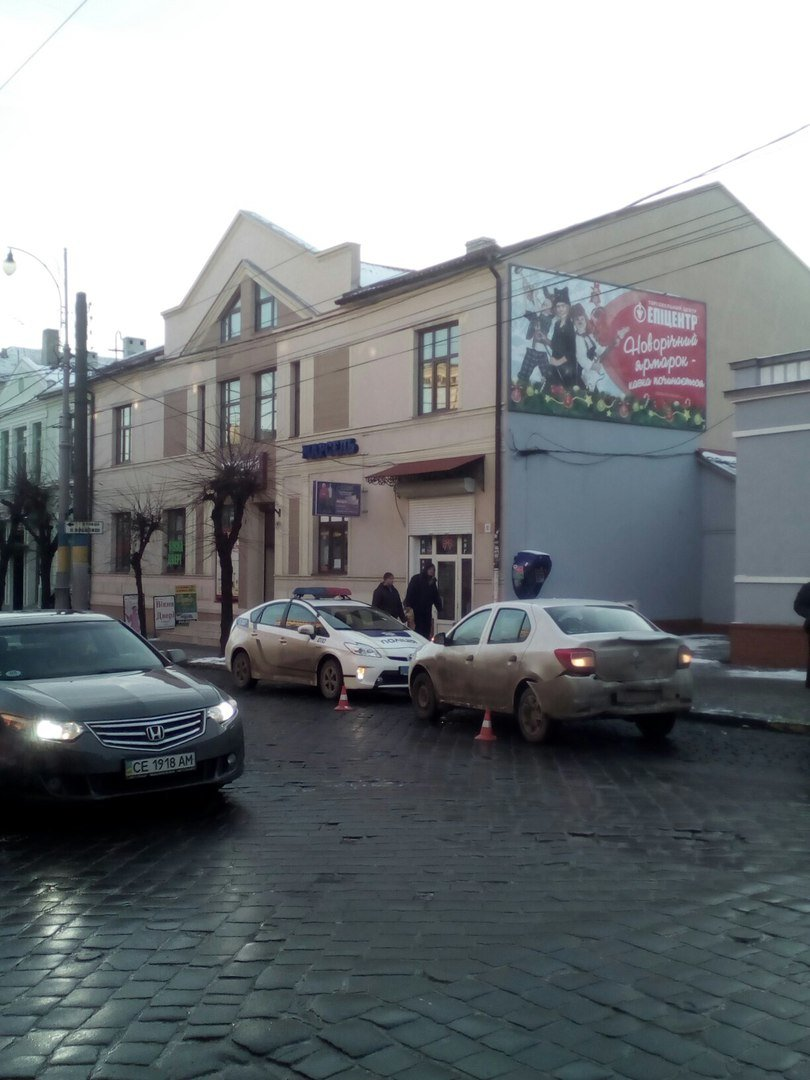 В центрі Чернівців авто зіткнулося з тролейбусом, фото-5