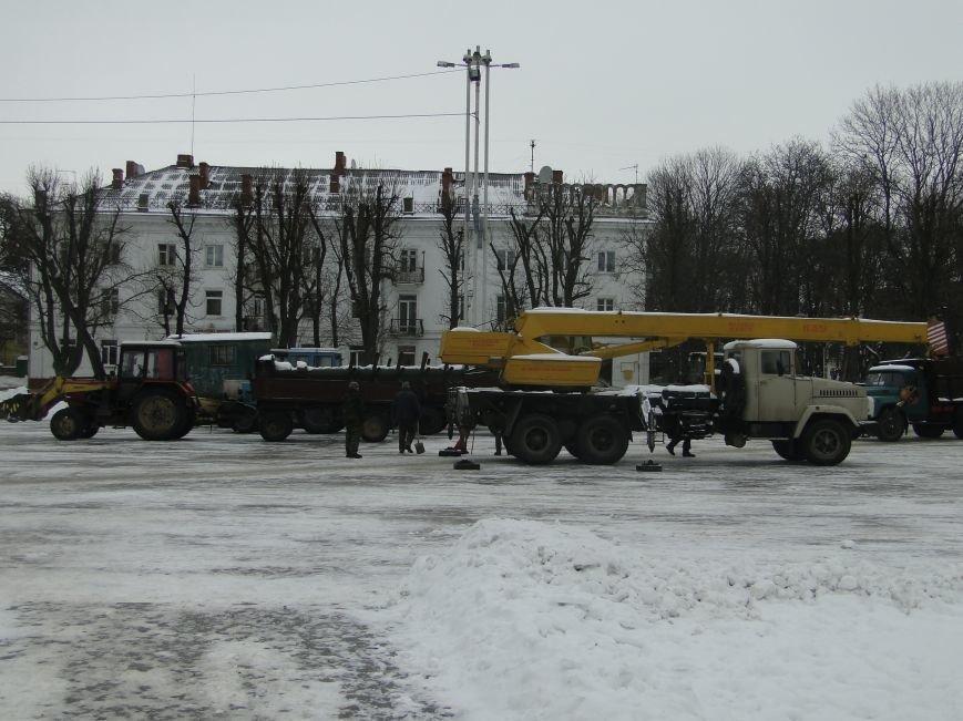 У Хмельницькому на майдані розпочали встановлювати ялинку (ФОТО), фото-1