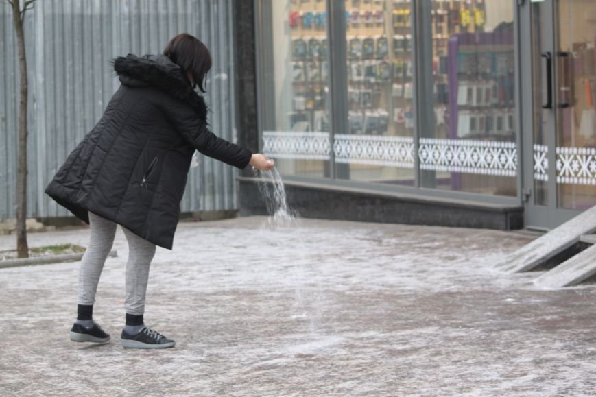 Як ужгородці ковзалися непосипаними тротуарами: фоторепортаж, фото-9