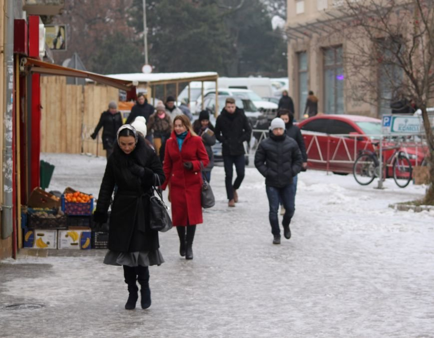Як ужгородці ковзалися непосипаними тротуарами: фоторепортаж, фото-12