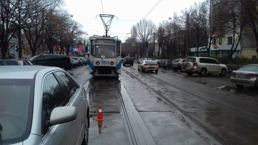 Две автоледи заблокировали проезд трамваев на улице Соборности в Кривом Роге (ФОТО), фото-2
