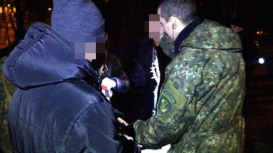 В Мариуполе на МКР 17 выясняли, кто избил парня (Фотофакт), фото-5