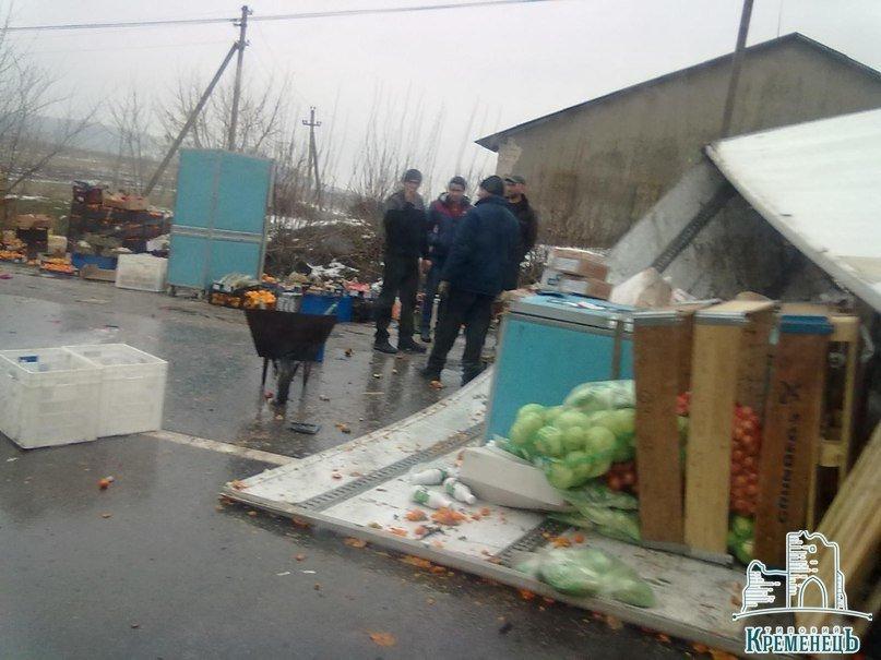 На Тернопільщині внаслідок ДТП дорогу засипало мандаринами (Фото), фото-3