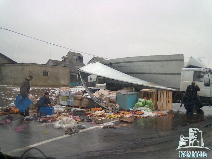 На Тернопільщині внаслідок ДТП дорогу засипало мандаринами (Фото), фото-2