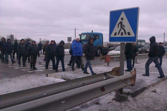 В Полтавской области пенсионеры милиции в двух местах перекрыли автодорогу Киев-Харьков, фото-1